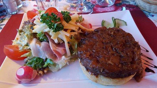 Tresserve, França: salade avec tarte d'endives braisée