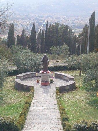 Citta di Castello, إيطاليا: La statua di S. Pio e il panorama che si vede dal Santuario