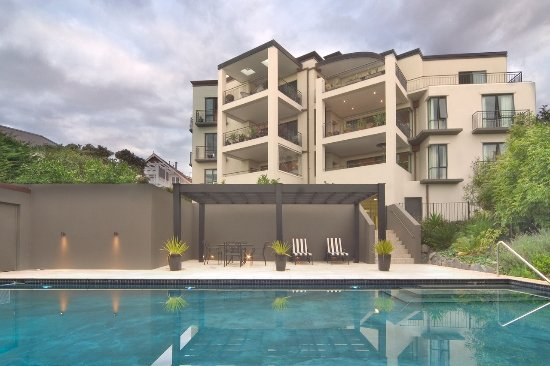 Ascot Parnell Boutique Bed and Breakfast: Property and swimming pool