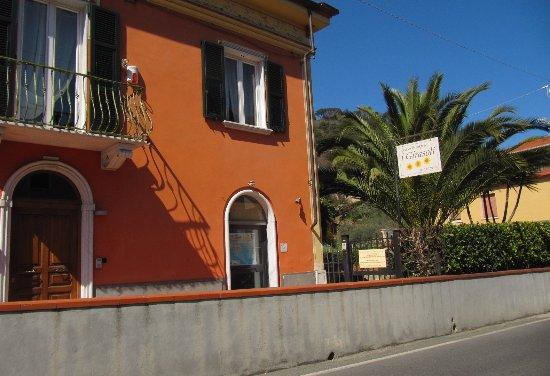 B & B  I Girasoli: vista ingresso sulla strada principale località Guercio