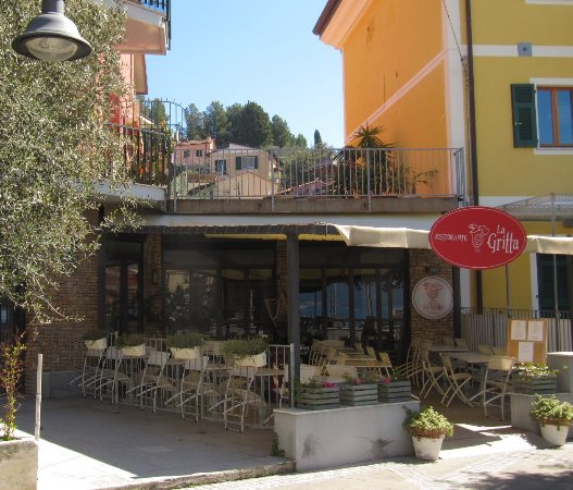 La Gritta : ingresso ristorante dalla piazza principale di Tellaro