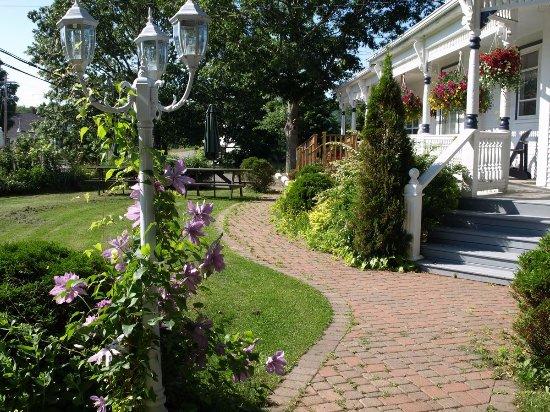 Centreville, Canada : Front Garden