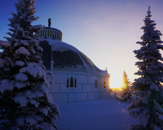 Inuvik, Kanada: Sunrise behind the Igloo church