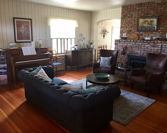 Oak Hill Bed and Breakfast: guest living room