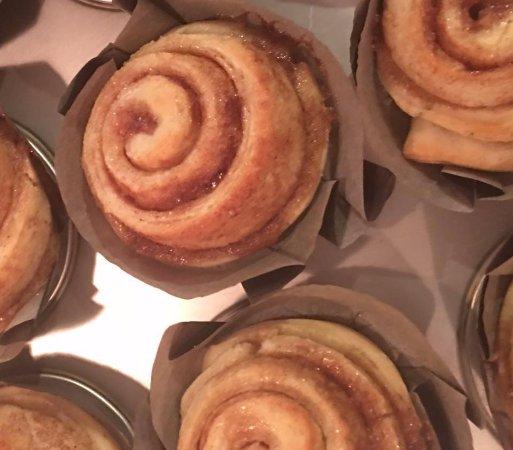 Oak Hill Bed and Breakfast: homemade cinnamon rolls