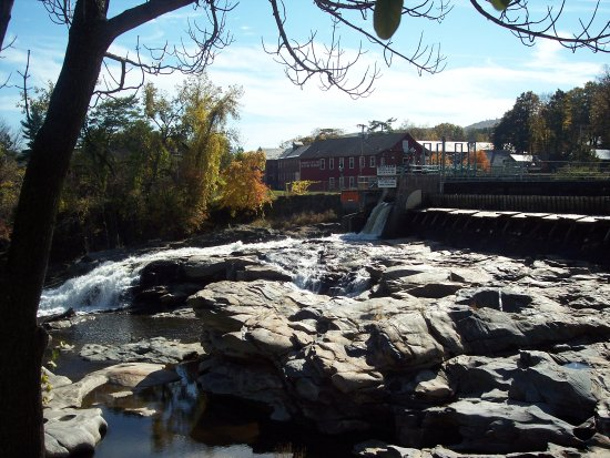 Shelburne Falls, MA: The beautiful falls above the glacial potholes