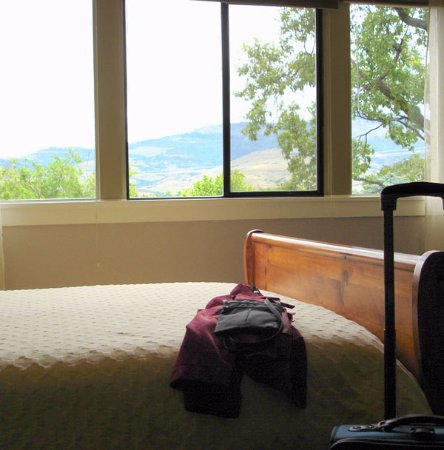 Oak Hill Bed and Breakfast: mountain view from front bedroom