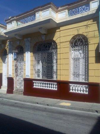 Casa Amanecer: Frente de la casa