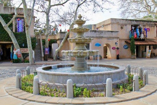 Tlaquepaque Arts & Crafts Village: another fountain in Tlaquepaque