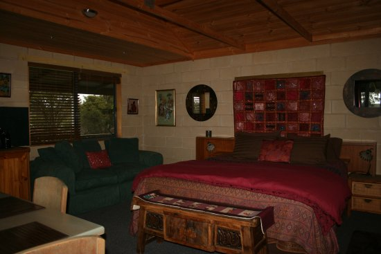 Amherst, Australia:  Cottage w/king sized bed, Foxtel TV, DVD  huge video library, small refrigerator & coffee machi