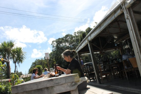 Kuaotunu, นิวซีแลนด์: Meet other travellers at the communal table