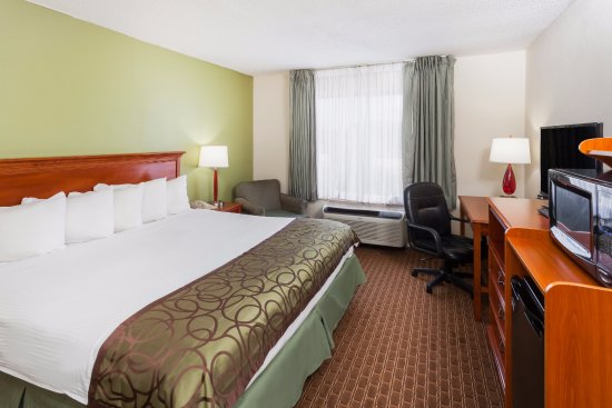 Baymont Inn & Suites Peoria: 1 King Bed