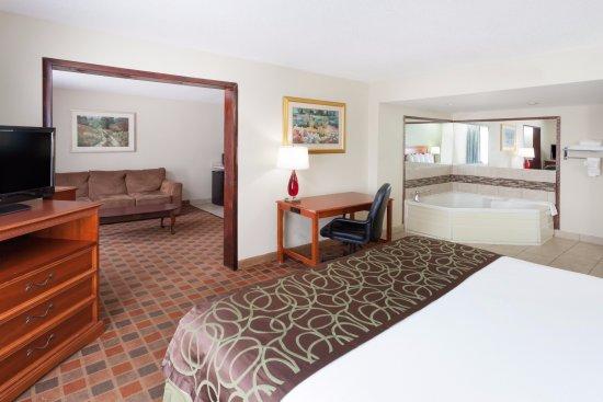 Baymont Inn & Suites Peoria: Jaccuzi Suite