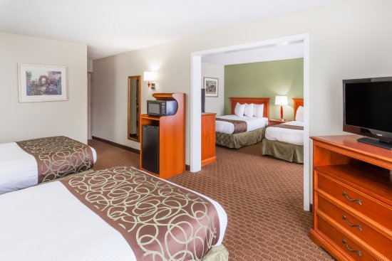 Baymont Inn & Suites Peoria: 4 Beds Suite