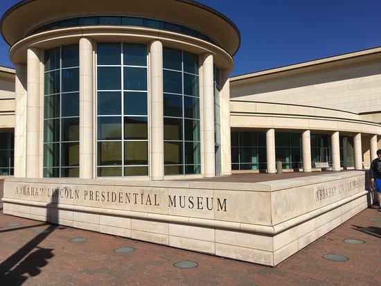 Biblioteca e museo presidenziale di Abraham Lincoln: Outside of museum