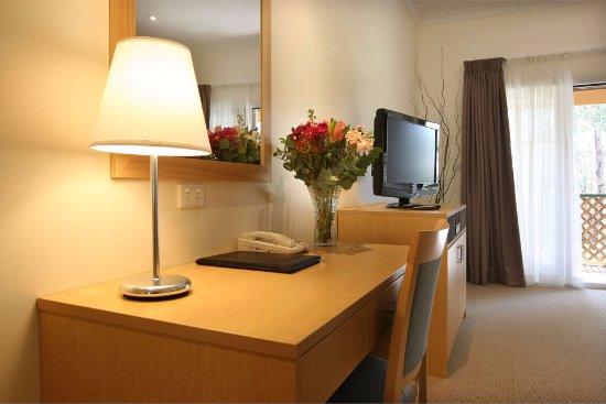 Pokolbin Village: Deluxe Queen Suite Lounge Room
