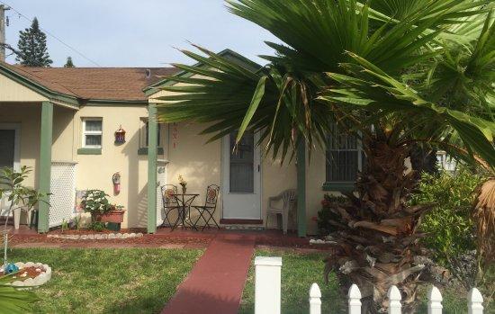 Gulf Gardens Resort: Exterior of Cottage 6
