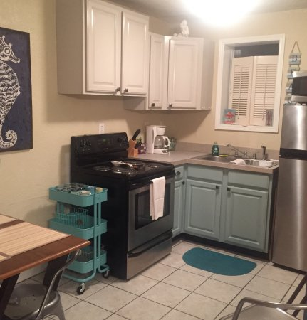 Gulf Gardens Resort: Small and cute but functional Kitchen of Cottage 6