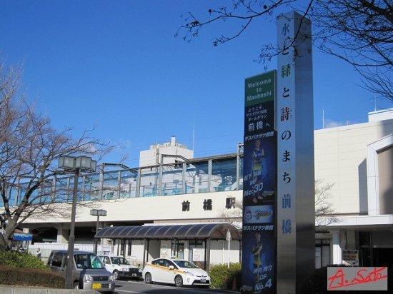 Toyoko Inn Maebashi Ekimae : ホテル前の公園から見た駅です