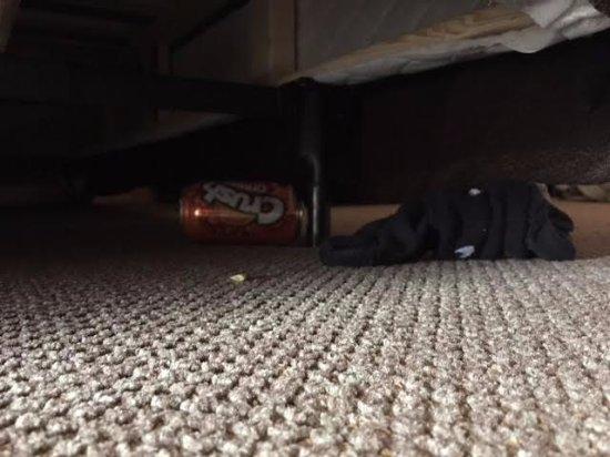 Glacier Canyon Lodge: Dirty socks and empty soda can