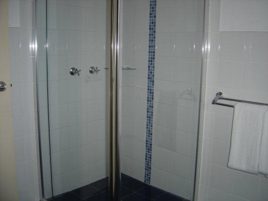 Avaleen Lodge Motor Inn: Apartment Bathroom