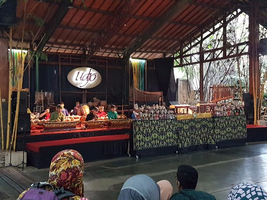Saung Angklung Udjo: Gamelan being played while waiting for the show to start