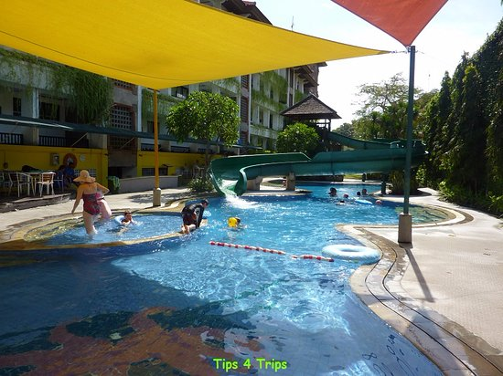 Sanur Paradise Plaza Suites: Water slide pool with toddler pool
