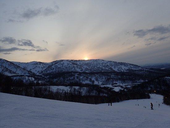 Kiroro Snow World : 山頂近くから沈む夕日を眺める