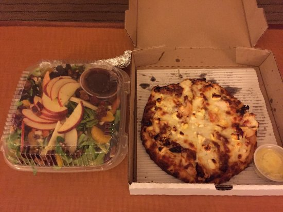 Angelina's Pizzeria & Cafe : Salad and chicken feta pizza.