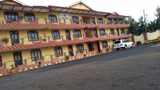 Mpeta Guest House: Ample parking.