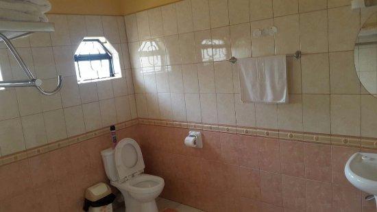 Mpeta Guest House: Spacious bathroom.