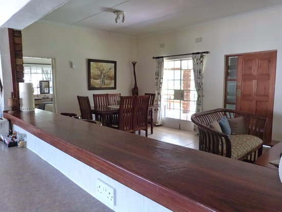 Woodlands Stop Over and Lodge: Internal View from kitchen to dining room: Woodlands Cottage
