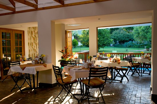Rivonia Bed & Breakfast : Dining  Room overlooking the pool