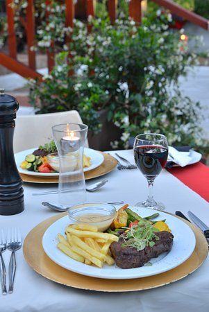 Rivonia Bed & Breakfast : Dinner by the poolside