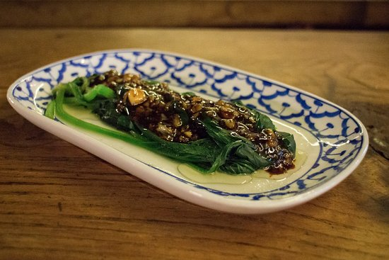 Spinach with garlic and oyster