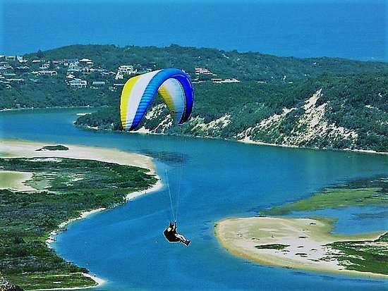 Forestview guesthouse and B&B: Paragliding is just in front of the guesthouse at cloud 9. This is Swartvlei(Lake)