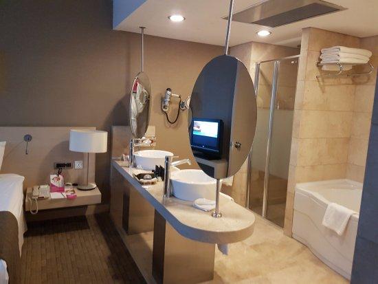 Crowne Plaza Hotel Ankara: Ensuite bathroom in the suite bed room