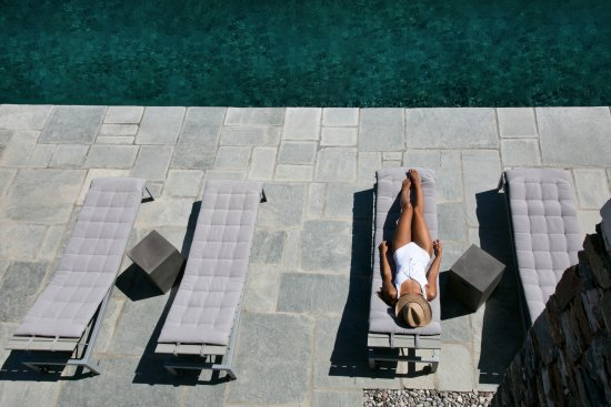 Kastro, Greece: Relaxing by the pool