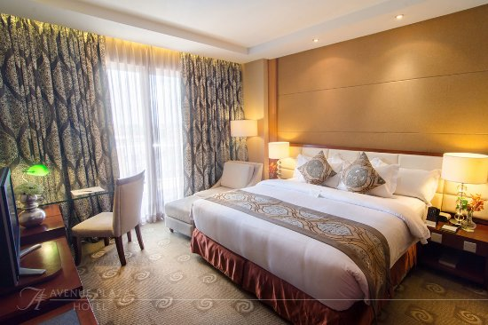 The Avenue Plaza Hotel: The Presidential Suite's King sized bed.