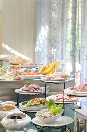 The Avenue Plaza Hotel: Breakfast Buffet.