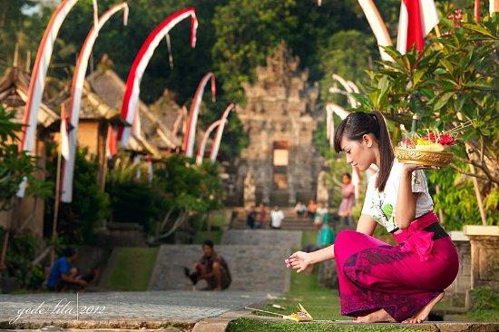 Balinese Girl Praying Foto Van Bali Good Driver Denpasar