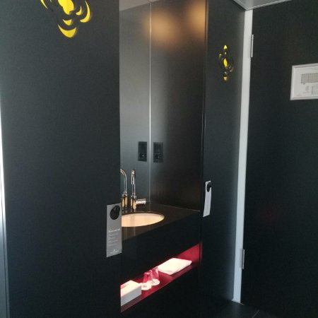 Tulip Inn Eindhoven Airport : Sink outside the bathrooom and interesting lights.