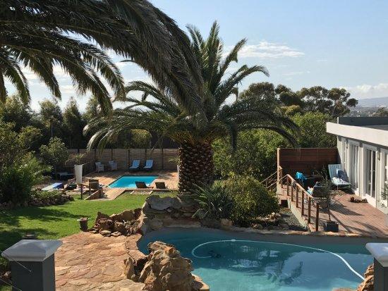 Gordon's Bay, แอฟริกาใต้: Blick von der Terrasse auf den Garten mit 2 Pools
