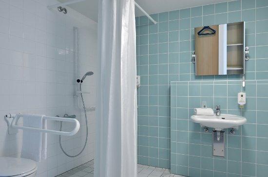 Barrierefreies Badezimmer in unserem B&B Hotel Erlangen - Bild von ...