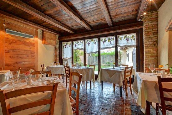 Cocconato, Italy: Saletta intima con accesso giardino privato