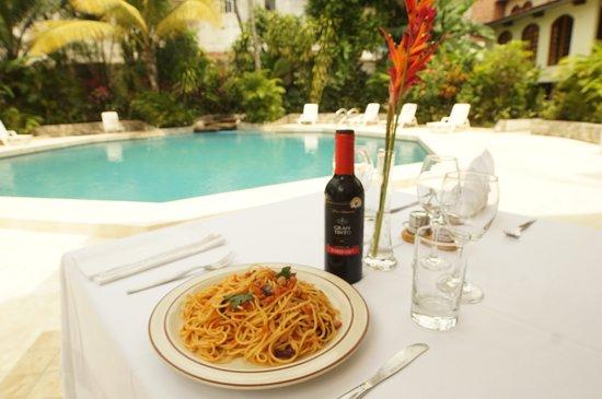 Grand Hotel Mercedes : Restaurant con vista a la piscina y jardines