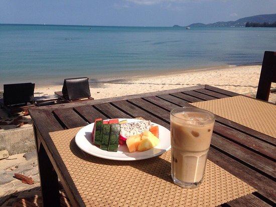 Lipa Noi, Thailand: Ресторан находится у самого моря, ужинать и смотреть закат-волшебно