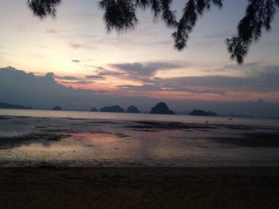 Вот такой закат можно наблюдать с пляжа
