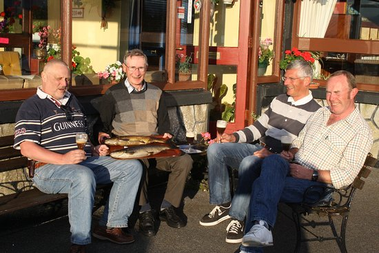 Oughterard, Ireland: Anglers with there days catch