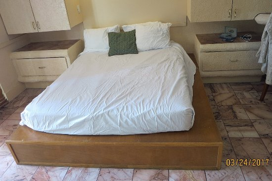 Taino Beach Resort & Clubs: wood platform for undersized bed
